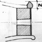 Vista in sezione del capotasto inferiore e del blocchetto con il foro per il bottone.